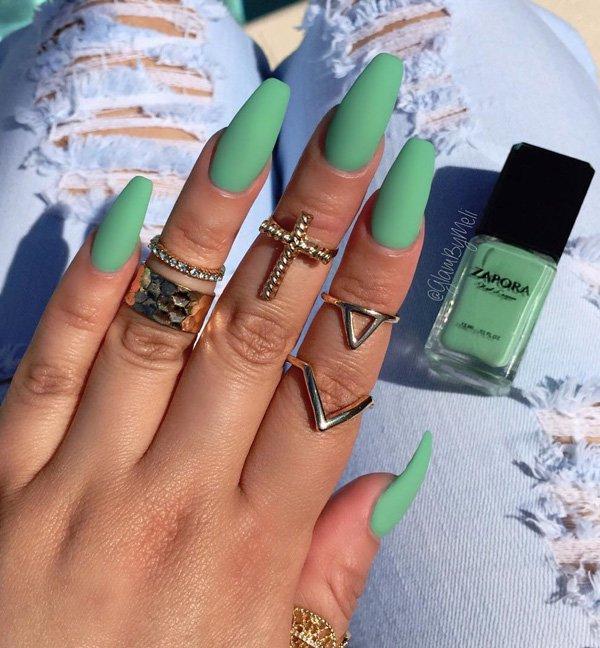 On surkiffe vraiment ce Nail Art qui nous montre des ongles coffin vert fluo  mais à finition mate, un vrai plaisir des yeux vraiment très élégant on  adore