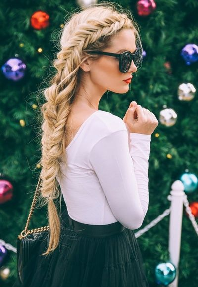 On aime quand la tresse épi se transforme en couronne (jupe Alice+Olivia - blog Barefoot Blonde) - http://bit.ly/1zzc4gh Tags : Tresses - Tendances de Mode: